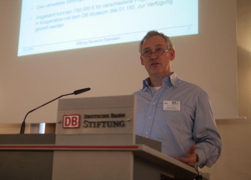 Stiftungsvorstand Rainer Balzer beim Vortrag Foto-Saarbourg