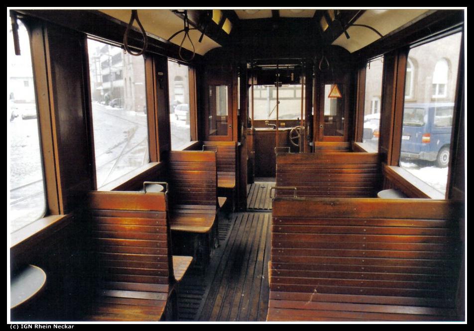 Vorbildliche und behutsame Restaurierung, die gut erhaltene Innenausstattung des Tw 44,